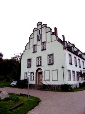 Bild-14.-Ralswiek.-Altes-Propsteigebäude.-Aufnahme-2010