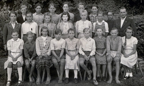 Bild-21.-Schüler-der-Abschlussklasse-8.-Zentralschule-Gager.-Rechts-Lehrer-Zimprich.-Verf.-hintere-Reihe-linksaußen.-1950.-Foto-Salchow-Berlin-Köpenick