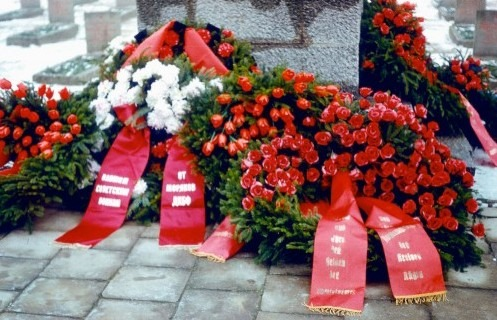 Bergen. Bahnhofsvorplatz. Friedhof gefallener Soldaten der Roten Armee 1987.