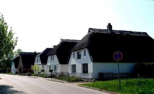 Breege. Dorfstraße mit einheitlichen im niederdeutschen Hallenhaus-Stil errichteten Wohnhäusern 2010