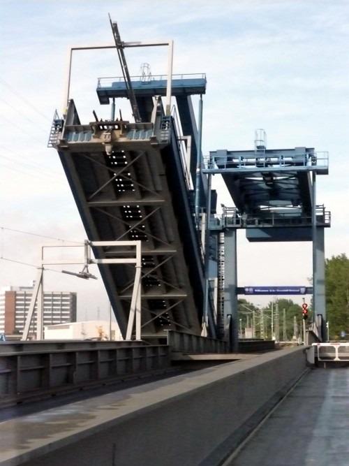 Stralsund-Dänholm. Ziegelgrabenbrücke. Wenn die Ziegelgrabenbrücke hochgeklappt wird, um den Schiffsverkehr zu ermöglichen, ist Rügen jedes Mal wieder eine Insel, ganz zum Leidwesen der Kraftfahrer, die dann auf beiden Seiten eine unfreiwillige Pause einlegen müssen. 2010