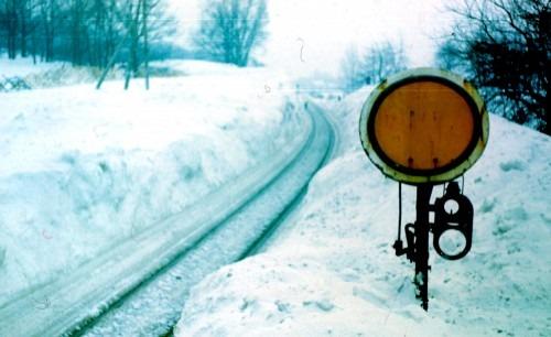 Eingeschneite Bahnstrecke im Dezember 1978 zwischen Bergen und Saßnitz.