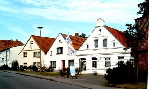 Blick in die Vieschstraße in Bergen. Ganz links ist das Haus mit dem Schatzfund. 2005