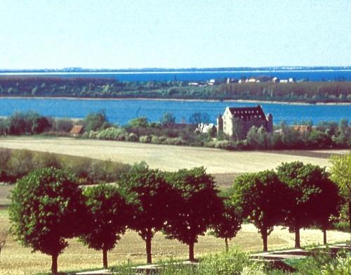 """Blick vom """"Tempelberg"""" bei Bobbin auf Schloss Spyker 1970. Im Hintergrund der Spykersche See und die Tromper Wiek. Bildautor unbekannt"""