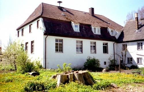 """Groß Schoritz. Rückseite des Gutshauses. Im Vordergrund der Baumstubben der ehemaligen """"Arndt-Esche"""" 1991"""