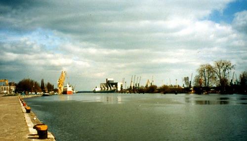Bild 4. Das breite Stettiner Hafenbecken unterhalb der Hakenterrasse. 1999