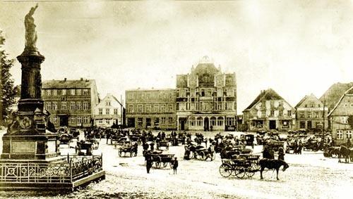 Bild 5. Bergen. Marktplatz mit Hotel Goldener Adler und dem Kriegerdenkmal. Vor 1914. Repro. II