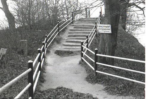 Bild-19.-Königsstuhl.-Zugang-über-ein-Hügelgrab.-Aufnahme-19841