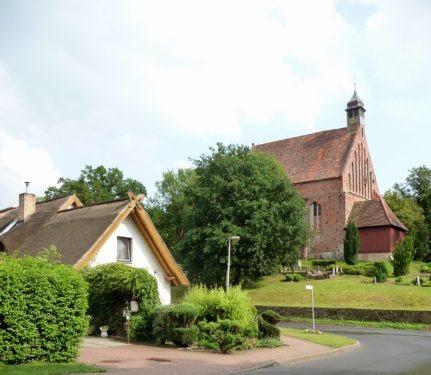 Abb. 2. Gustow. Blick auf Kirche und Friedhof. Die Steinsäulen markieren die einstige Grabstätte der Familie von Bagewitz, Drigge. Aufnahme A. leube 2011