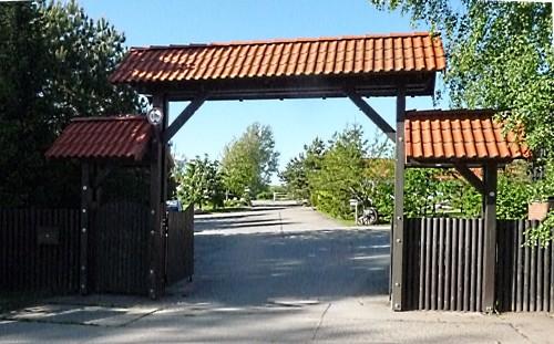 Abb. 2  Dubnitz. Eingangsporal eines ehemaligen Bauernhofes. Aufnahme Juni 2010