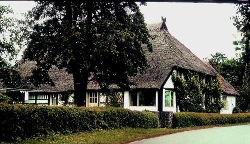 Abb. 2. Neuendorf. Umgebautes Bauernhaus mit Walmdach