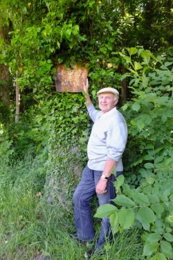 Abb. 7. Burgwall Garz. Verfasser vor dem von ihm 1966 angebrachten Schutzschild unterhalb des Burgwalles. Das Schild ist heute eingewachsen.