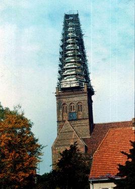 Eingerüsteter Kirchturm der Bergener Marienkirche. Aufnahme A. Leube 1977
