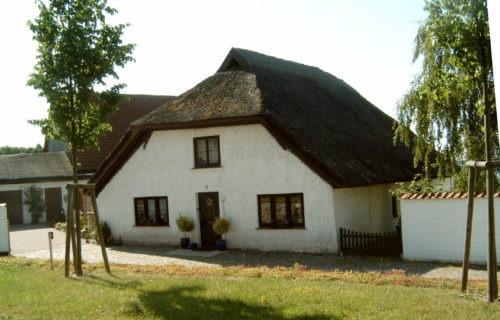 Abb. 2 Altefähr. Rohrgedecktes Haus mit Walmdach. Aufnahme - A. Leube. 2008.